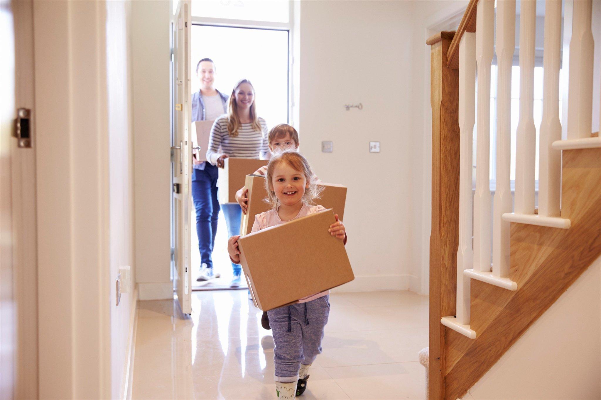 Famille qui se déplacent dans leur nouvelle vie avec leurs boîtes